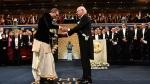 ಭಾರತೀಯ ಉಡುಗೆಯಲ್ಲಿ ನೊಬೆಲ್ ಪ್ರಶಸ್ತಿ ಸ್ವೀಕರಿಸಿ ಬ್ಯಾನರ್ಜಿ!