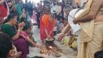ಕಾರವಾರ: ಕುದಿಯುವ ಎಣ್ಣೆಯಲ್ಲಿ ಬರಿಗೈಯಿಂದ ವಡೆ ತೆಗೆದ ಭಕ್ತರು