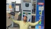 ತೈಲ ಬೆಲೆ ಏರಿಕೆ: ಪೆಟ್ರೋಲ್ ಬಂಕ್ ನಲ್ಲಿ ವಿಶಿಷ್ಟ ಫೋಸ್ ಕೊಟ್ಟು ವ್ಯಕ್ತಿಯ ಪ್ರತಿಭಟನೆ