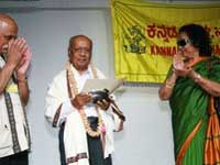 Shakuntala Deve felicitating AN Rao in Singapore