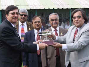 Ashok Kheny presenting trophy to Mistry and Mehta
