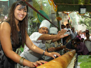 Kannada actress Neetu spreads 12 feet dosa