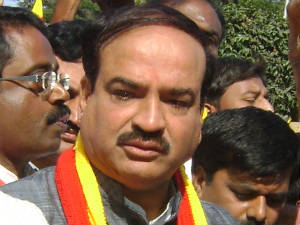 ananth-kumar-gives-tong-to-bs-yeddyurappa-hubli