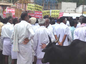 Sugarcane Farmers protest in Nanjangud