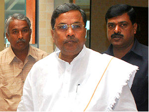 Farmers protest to Siddaramaiah in Mandya