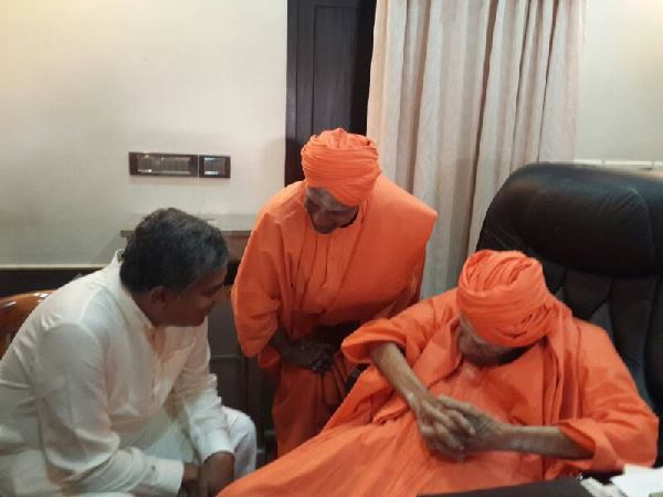 Nandan Nilekani Receives Blessings From Siddaganga Seer Lse 082800 Pg