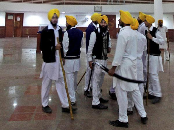 Massacre Haunts Golden Temple Sikh Groups Draw Swords Each Other 084927 Pg