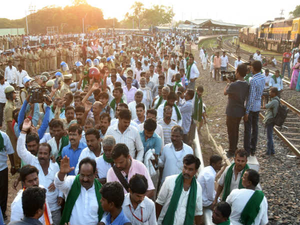 Police Lathicharge a large group of farmers in Hubballi