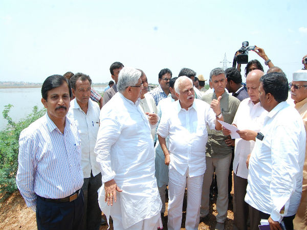 Industry Minister R V Deshpande angry on farmers during his Gadag visit