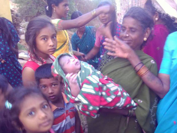 A pregnant woman delivers baby in an Auto rickshaw in Sira