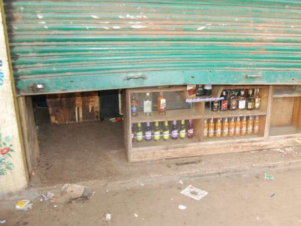 Bar and wine store robbed in Nanjangud