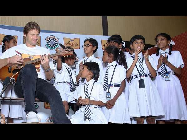 IPL 2016: Shane Watson spends quality time with 'Shiksha' students, plays guitar for them