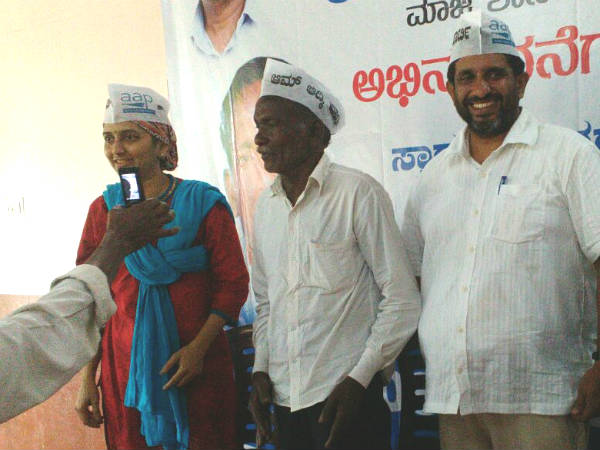 Bakila Hukrappa joins Aam Admi Party in Mangaluru