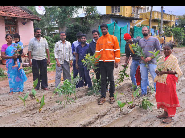 Hassan : Chikkahonnenahalli villagers plant saplings on poorly constructed road