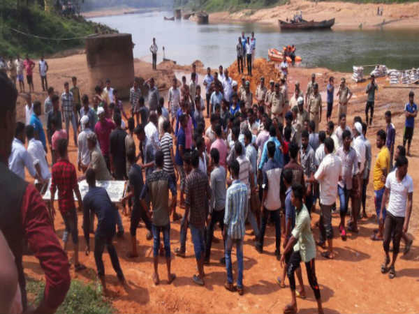 raid on illgal sand mining : a worker jumps to river dies