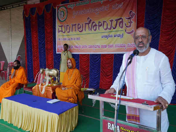 Raghaveshwara seer of Ramachandrapura Math speech in Go Mangala Yatra at Balehonnur