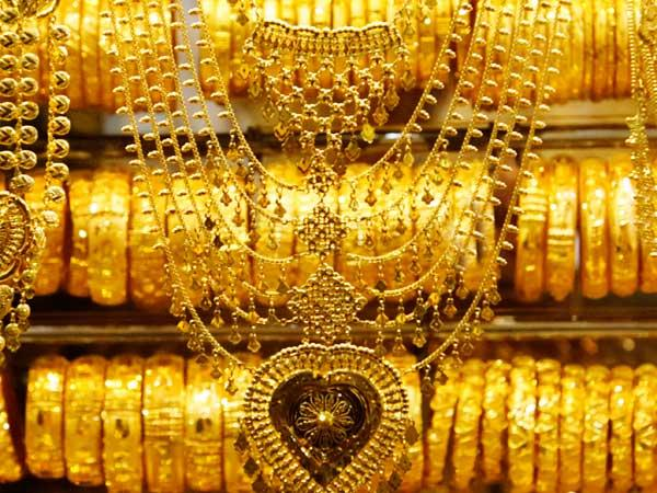 IT eyes jewelers selling gold at higher rates to black money hoarders