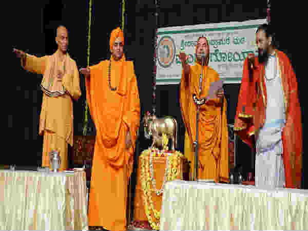 Mysuru Kings taking their food, after feeding to cows: Raghaveshwara Seer