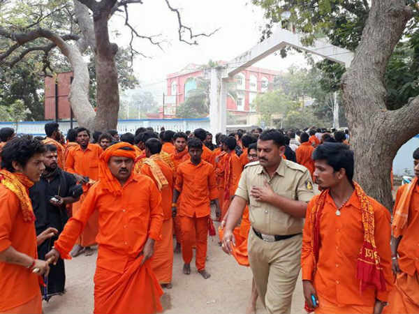 Gangavati Tense: police charge over the Hindu believers