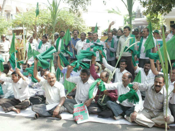 Sugarcane Farmers protest in front of the minister hc Mahadeva Prasad home