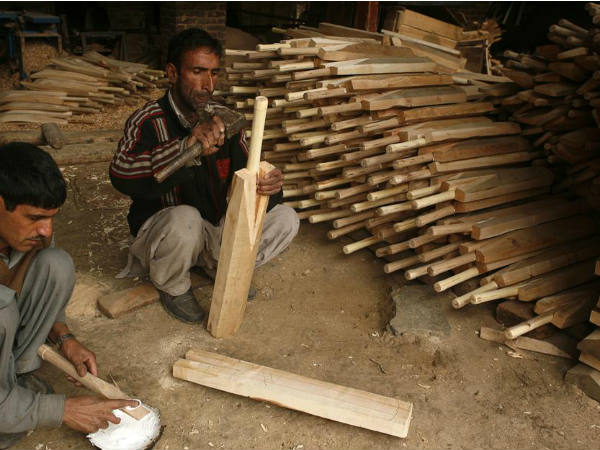 Cricket Bat makers from Maharashtra have arrived at mangaluru to sell colourful cricket bats