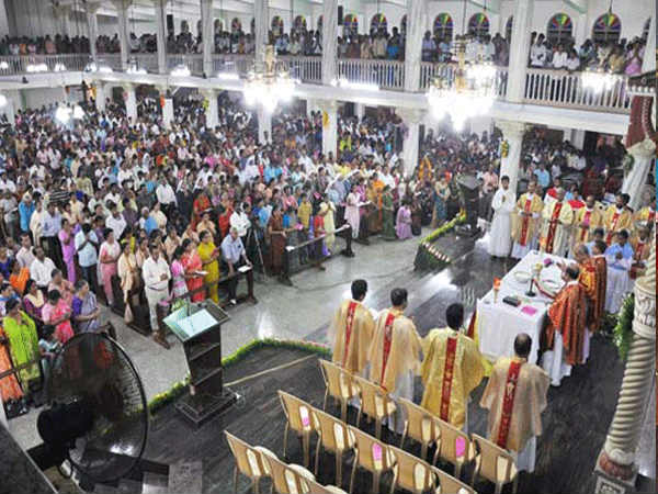 Large number of Devotees Throng St Lawrence Basilica