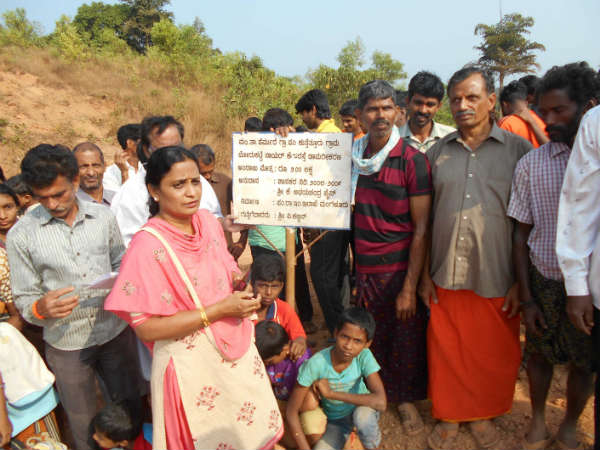 Mangauru Kutetur Residents protest against close of public road by a builder