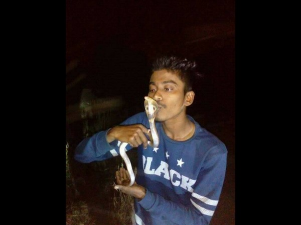 Youth dies in 'cobra kiss' stunt in Mumbai