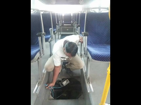 Traffic police repairs bus in the middle road got people's appreciation