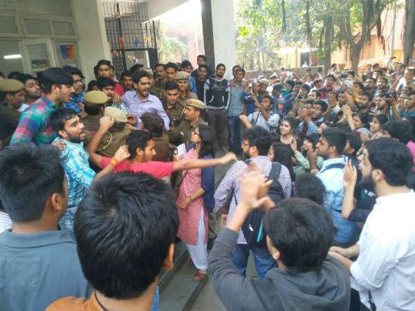 ದೆಹಲಿ: ರಾಮ್ಜಾಸ್ ಕಾಲೇಜಿನಲ್ಲಿ ಎಬಿವಿಪಿ-ಎಐಎಸ್ಎ ನಡುವೆ ಭಾರೀ ಸಂಘರ್ಷ