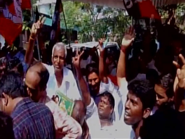 O Pannerselvam 's supporters celebrate Sasikala 's conviction