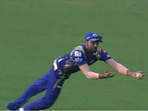 Watch Rohit Sharma's sensational catch to dismiss AB de Villiers in IPL 2017