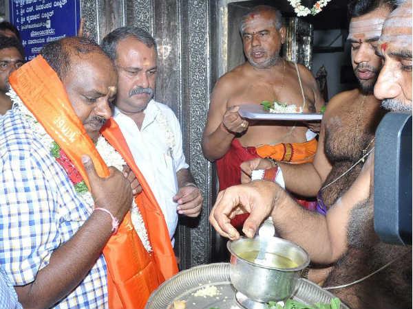 Jds Leader Kumaraswamy Visits Nanjundeshwara Temple In Nanjanagudu