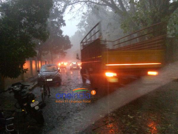 ಬೆಂಗಳೂರಲ್ಲಿ ಭಾರೀ ಗಾಳಿ ಸಹಿತ ಮಳೆ, ವಿದ್ಯುತ್ ವ್ಯತ್ಯಯ