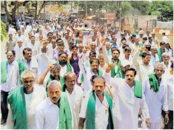 With the demand of veiwing of loans, Karnataka farmers started protest in Delhi