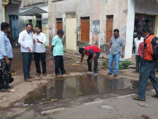 Civic workers protest in Mysuru: Mayor joins hands to clean city