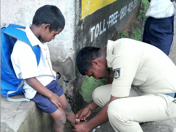 Mangaluru police constable provides first aid to the school kid and receives honor