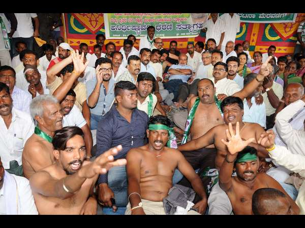 Farmers of Mysuru are protesting against government, demanding to release water to Harangi reservoir