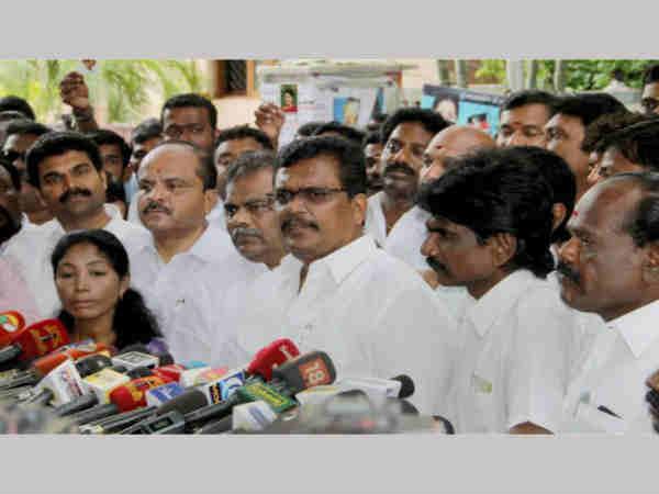 ತಮಿಳುನಾಡಿನಲ್ಲಿ ರೆಸಾರ್ಟ್ ರಾಜಕೀಯ: ಸಿಎಂ ಬದಲಾವಣೆಗೆ ಪಟ್ಟು