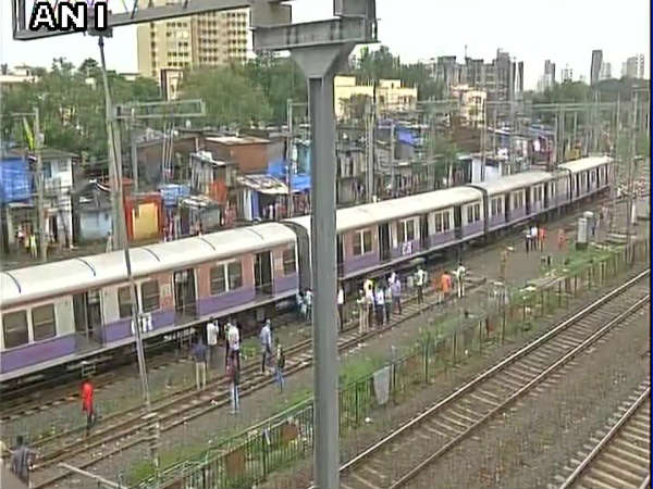 4 coaches of Andheri-CST Harbor local train derailed in Mumbai