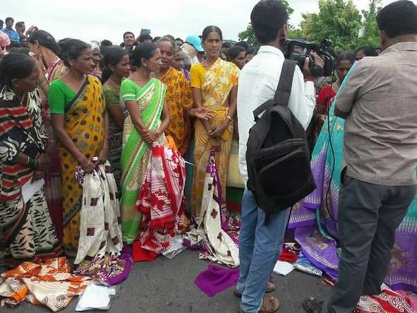 Telangana Women Fight For Bathukamma Sarees