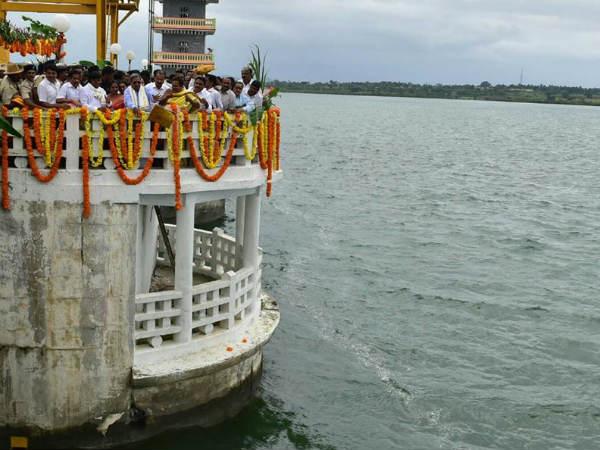 Siddaramaiah Offers Bagina To Kabini Reservoir