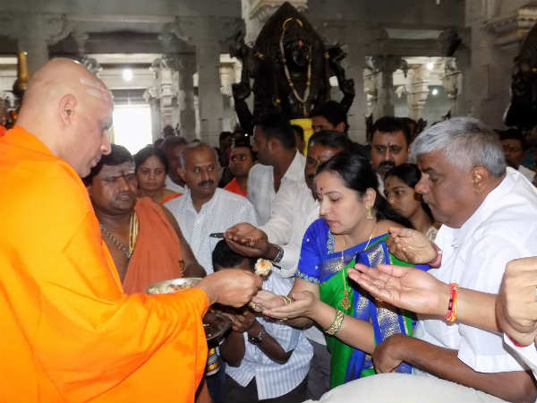 H D Revanna And His Wife Visits Adichunchanagiri And Performed Pooja