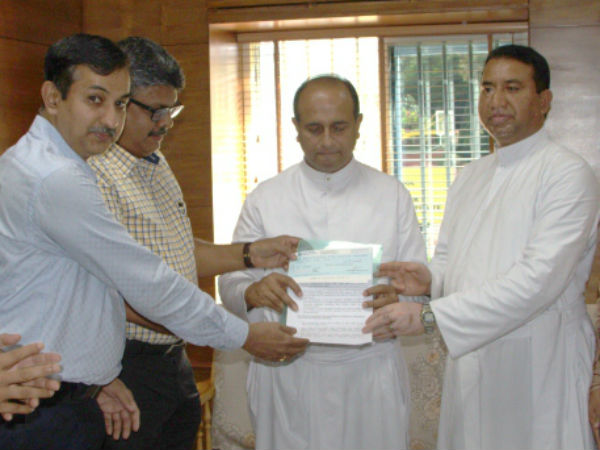 Old Students Donated Rs 13 5 Lakhs To St Aloysius College