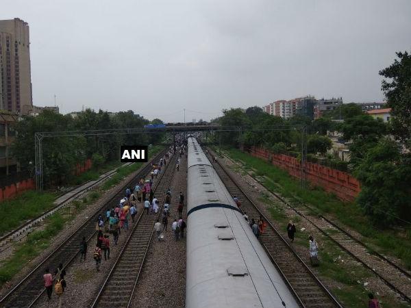 Ranchi Rajdhani Express Derail On Delhi S Shivaji Bridge