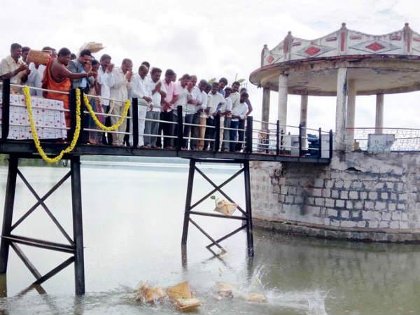 Mp Dhruvanarayana Offeres Bagina To Suvarnavathi Dam At Chamarajanagar
