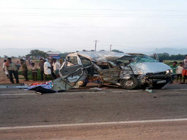 4 killed 5 injured after lorry car collision in hospet