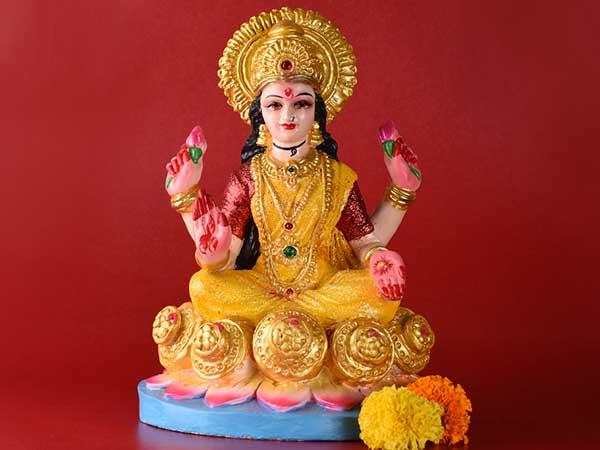 How To Worship Goddess Lakshmi On Deepavali Amavasya