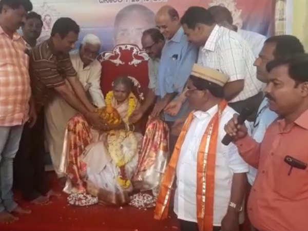 ಬಾಗಲಕೋಟೆ: 92 ರ ತಾಯಿಗೆ  ತುಲಾಭಾರ ಮಾಡಿ ಆದರ್ಶ ಮೆರೆದ ಮಕ್ಕಳು