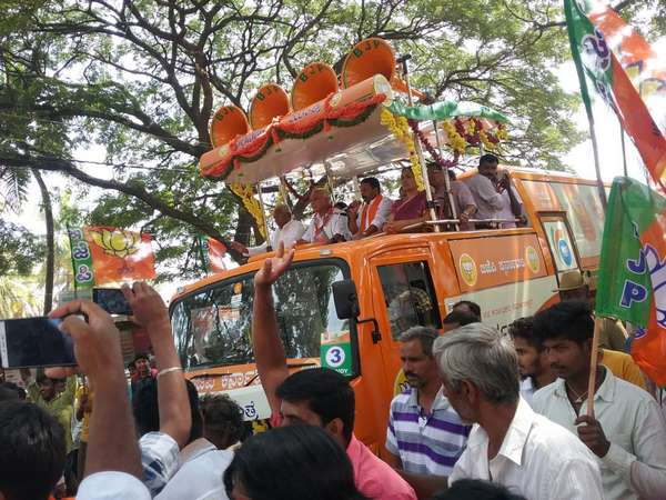 Disgruntled BJP workers Stone pelted on BJP rathayatre vehicle in Banasandra